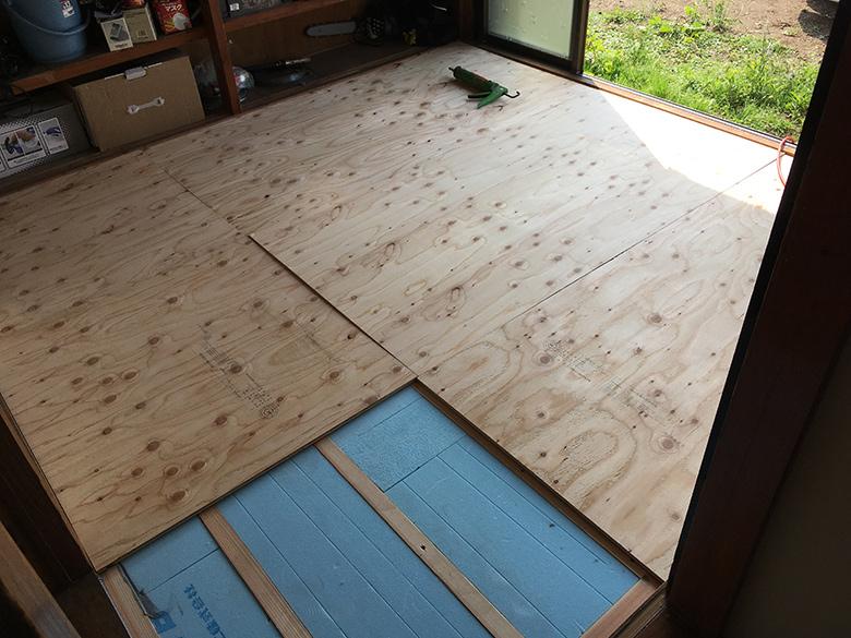 床に板を貼る